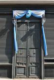 Многие двери затейливо украшены аргентинским флагом