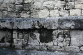 Человеческие лица внутри цветков в основании каменных скамей.