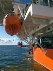 Спасательный бот на борту СПБУ.