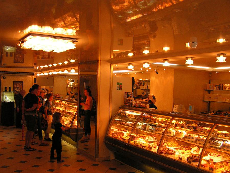 Июль 2011г. Первый зал после спуска в кафе-кондитерскую. Здесь продают большой выбор лакомств, упакуют в фирменную коробочку и в сумку-пакет.