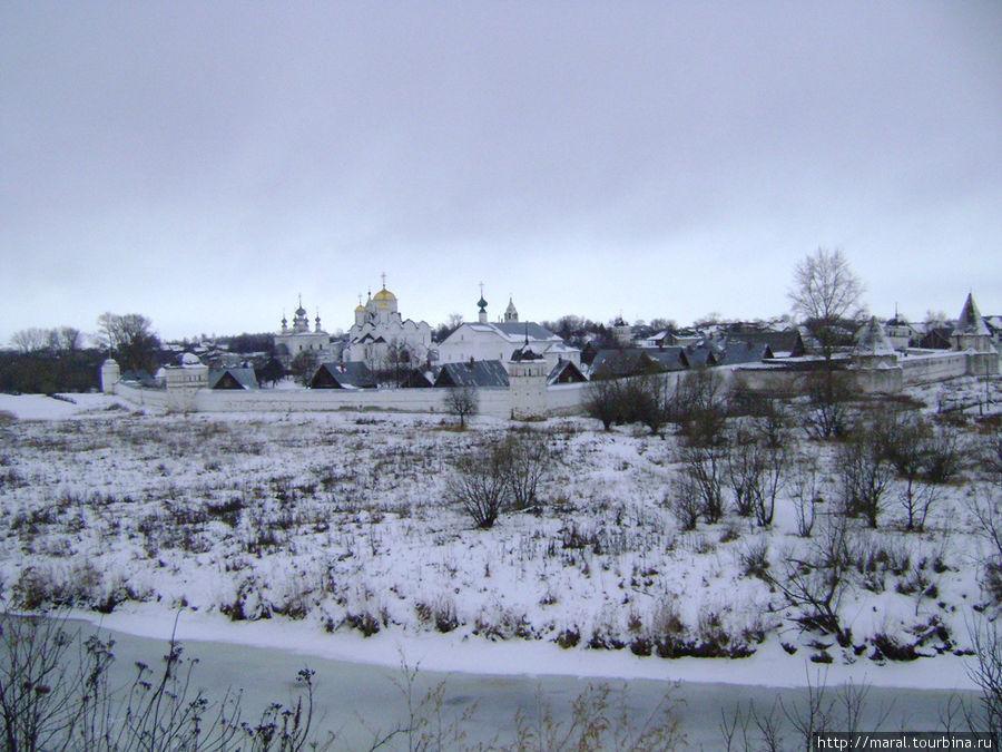 С крутого берега реки Каменки открывается чудесный вид на Покровский женский монастырь (заложен в 1364 году)