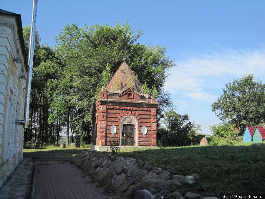 Во дворе Троицкой церкви старинная усыпальница семьи нотариуса Маслова