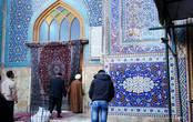 Вход в одну из мечетей закрывает красивый персидский ковер.