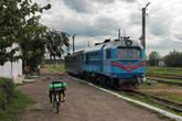 Наш поезд из Голованевска в Гайворон. И чей-то велосипед. Судя по всему, в этой точке железнодорожные туристы пересеклись с велосипедным :)