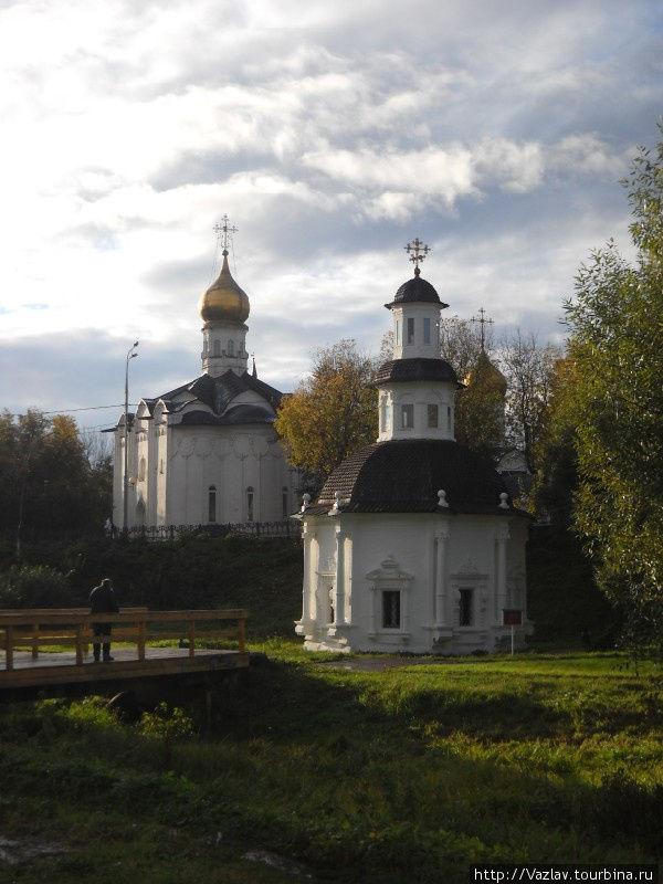 На переднем плане Пятницкая церковь, сзади Введенская