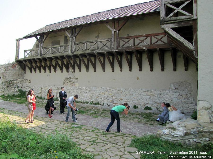 Отреставрированная стена крепости.