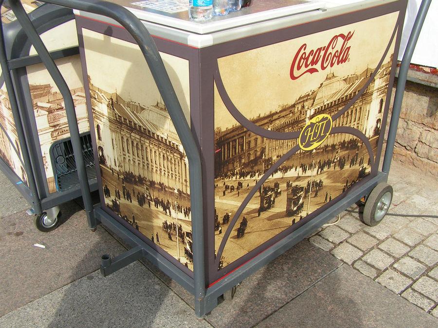 Это передвижные тележки с мороженым и водой. По бокам снимки Петербурга, которые сделаны до революции. Интересно сравнить город сейчас и того времени.