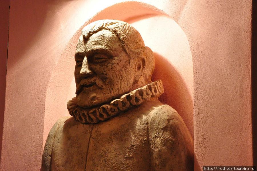 В пиццерии, носящей имя самого конструктивного владельца Бойницкого замка (U Palffyho, т.е. У Палффи) мы в ожидании заказа  познакомились с  идеологом и инвестором смелой реконструкции  крепости — графом Яном, глядевшим на нас со скульптурного портрета в стенной нише.
