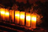 Свечи, которыми по традиции будут зажигать 4-ю свечу в рождественском венке за неделю до праздника.
