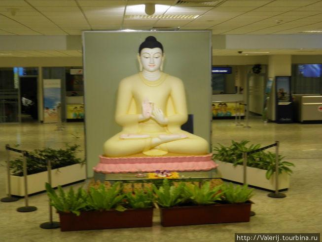И первая скульптура Будды, еще до паспортного контроля.