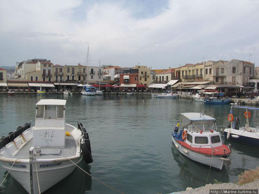 ресторан находится на берегу Венецианской гавани