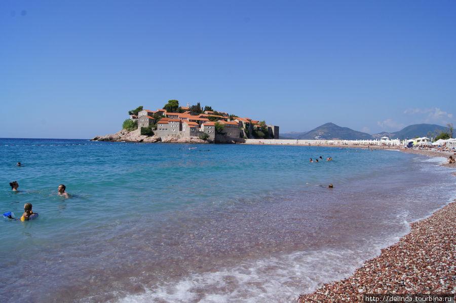 Пляж и пока недоступный Свети-Стефан.