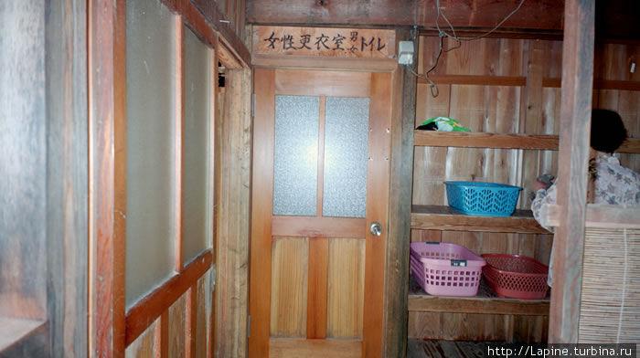 Дамская раздевалка. Слева в углу — вход, прямо — дверь в маленькую комнатку с зеркалом. :)