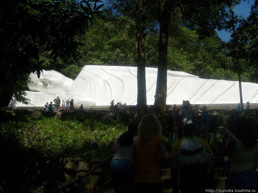 На пути к Лежащему Будде (статую  49 метров воздвигли в горах  в честь победы над америкосами. Молодцы вьетнамцы! Такие маленькие, 20 лет воевали и наваляли этим янки!)