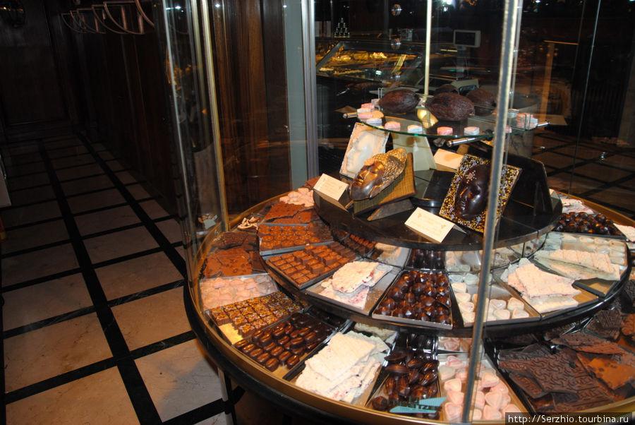 Витрина с выбором сладостей внутри кафе