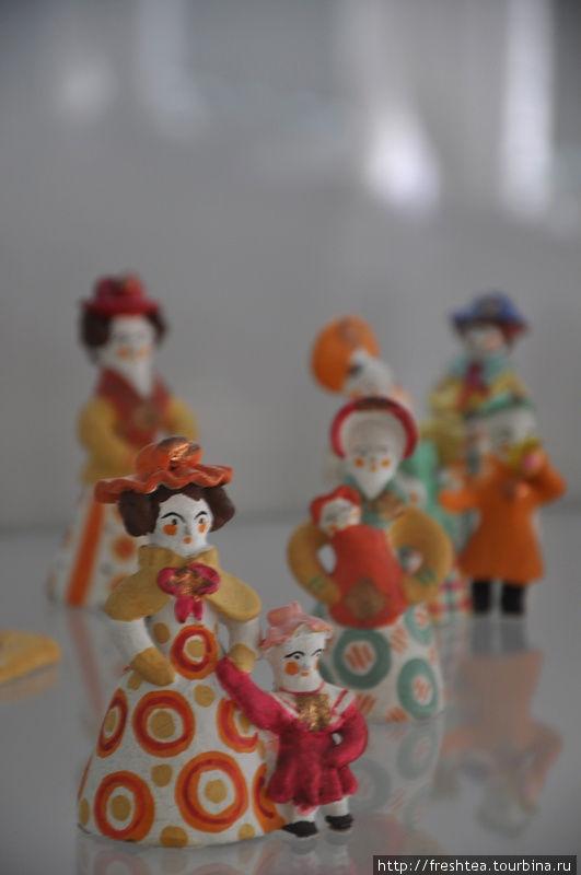 Самые популярные персонажи в экcпозиции мелкой пластики — от мастеров дымковской глиняной игрушки: каждый — яркий и с характером!