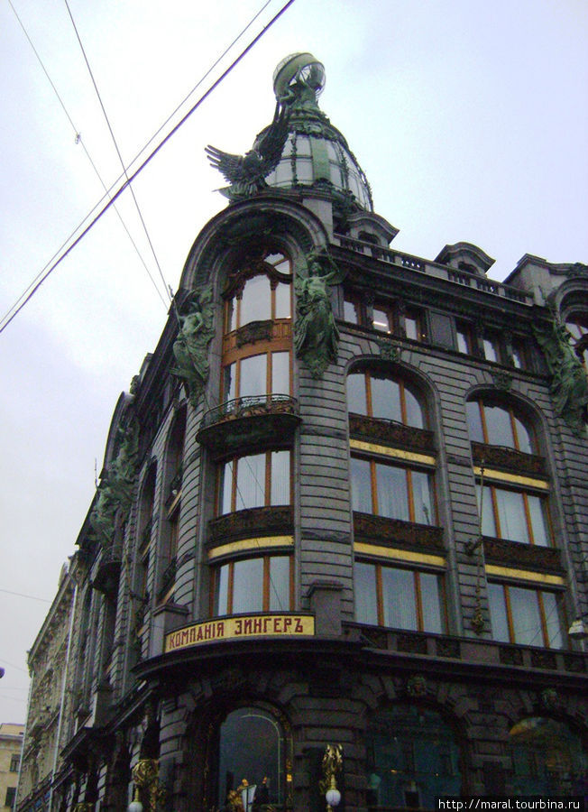 Изначально шикарное шестиэтажное здание с мансардой и башней, которую венчает стеклянный глобус, предназначалось для российского представительства американской компании по производству швейных машинок