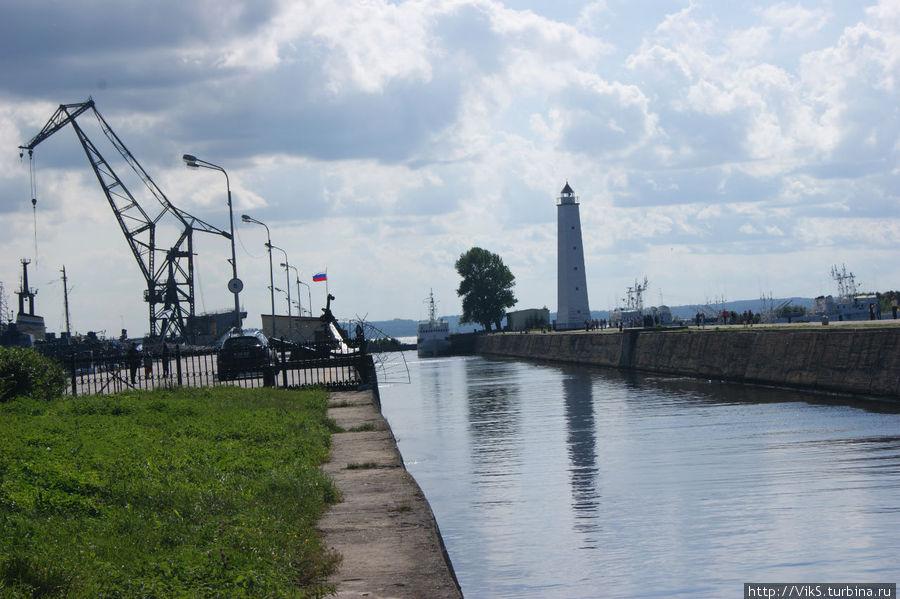 Петровский канал с видом на маяк