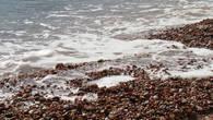 Пляж крупная галька, заходить по ней в воду довольно таки комфортно.