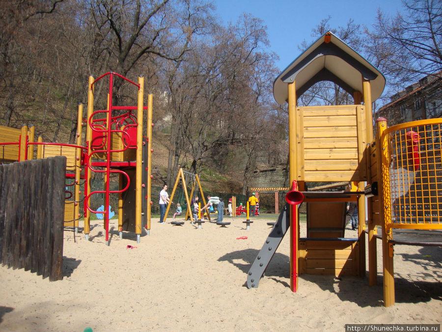 Детская площадка в саду Кинских