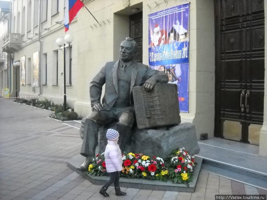 Монумент и его поклонники