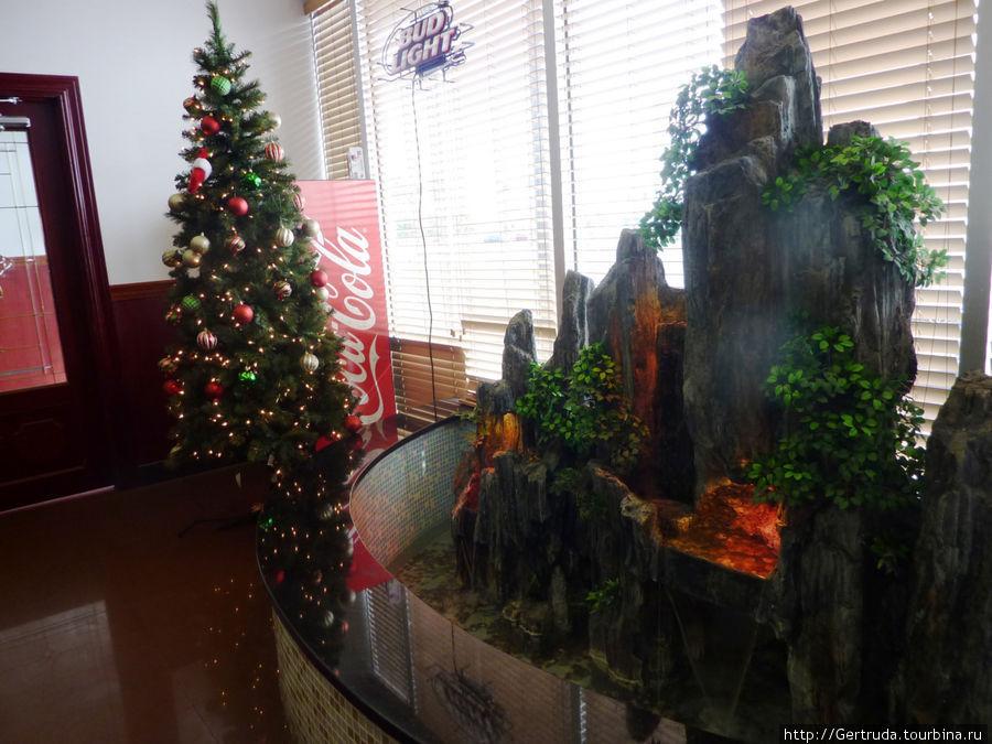 Вестибюль ресторана украшен к Рождеству.