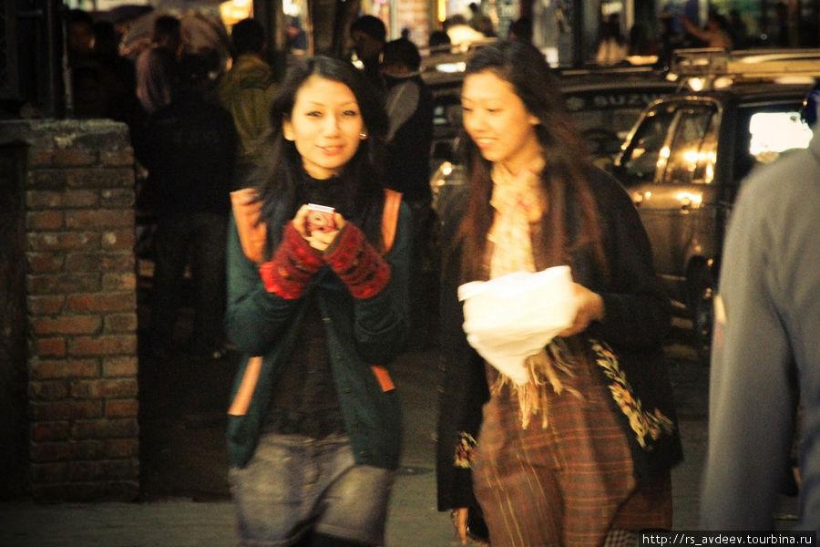 Многие интересовались как выглядят непальские девушки, примерно вот так ))