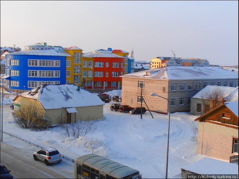 Яркие цвета домов оживляют зимний пейзаж