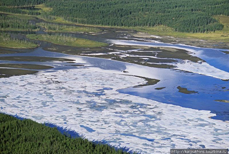 Наледь на Сунтаре. Обычно они образуются в широких частях долины, где река растекается на множество проток.
