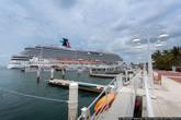 Каждый вечер, в пять часов, корабль уходит в рейс на Багамы, открывая линию закатного горизонта.