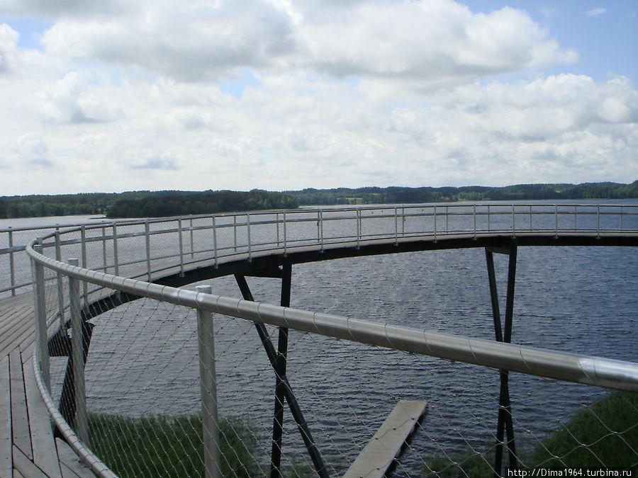 Обзорная площадка сделана в виде спирали.  Идя по кругу, видишь панораму озера и дальше спускаешься на ярус ниже, к дорожке вдоль озера