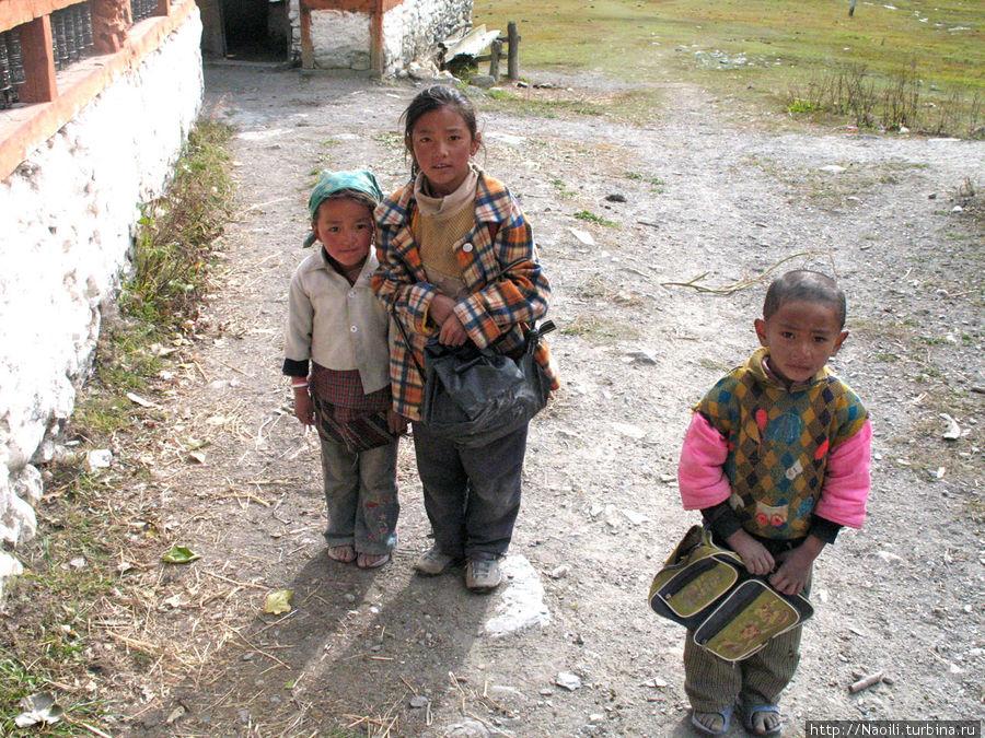 Дети также с удовольствием приходят на службу; И выходят с нее с кучей сладостей.