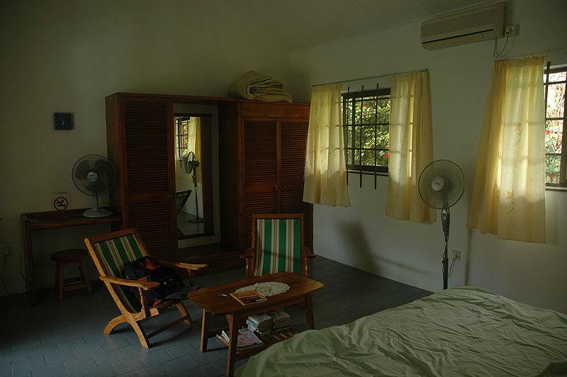 Кресла и журнальный столик — это тоже в номере.