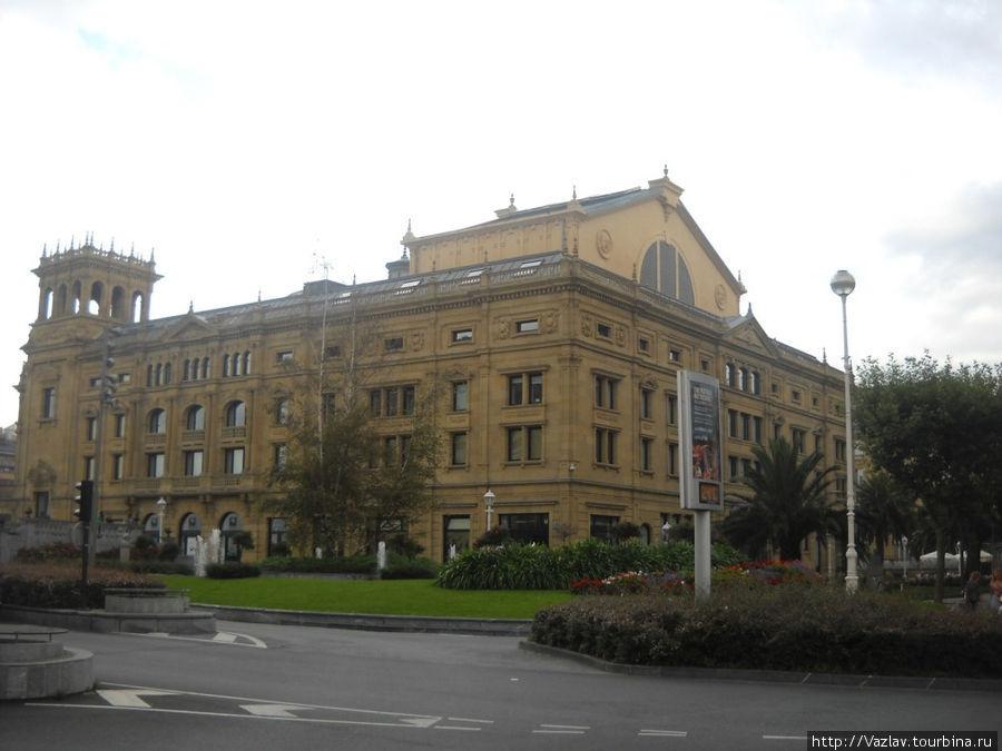 Боковой вид на здание театра