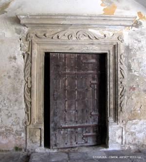 Лепнина и старая дверь.