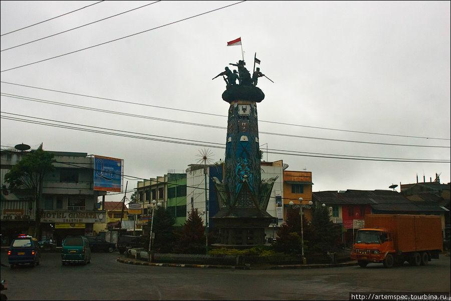 Центральную улицу 50-тысячного Берастаги (по этому показателю город можно сравнить с подмосковным Лыткарино) украшает монумент в честь борцов за независимость.