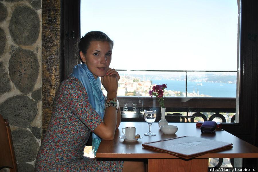 Турецкий кофе в кафе внутри башни