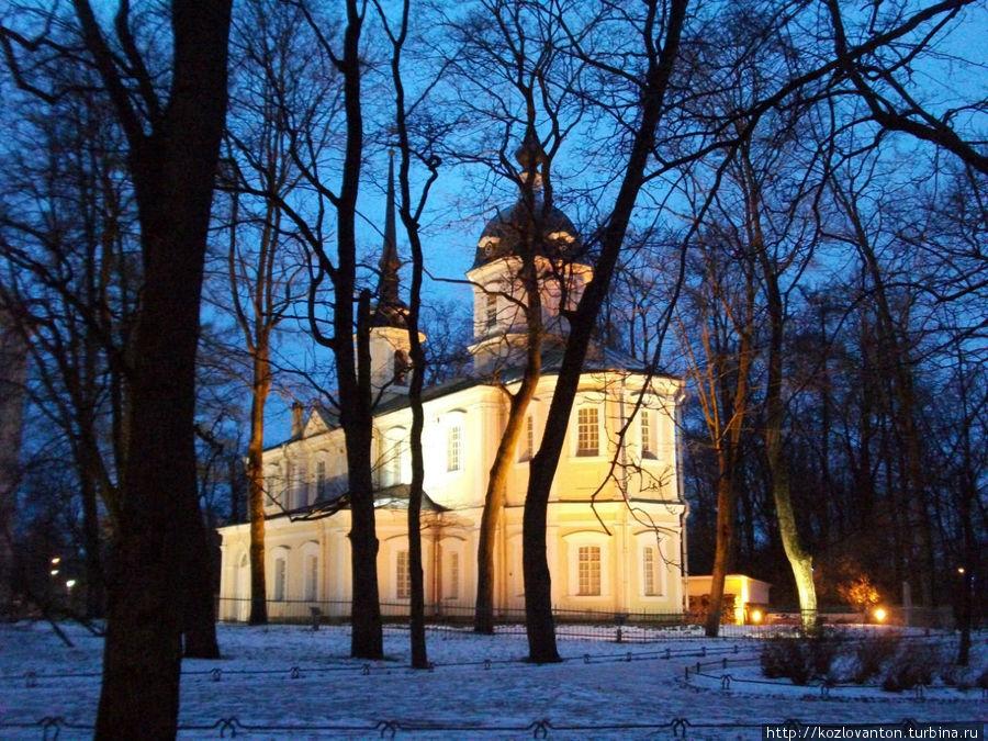 Знаменская церковь в зимних сумерках.