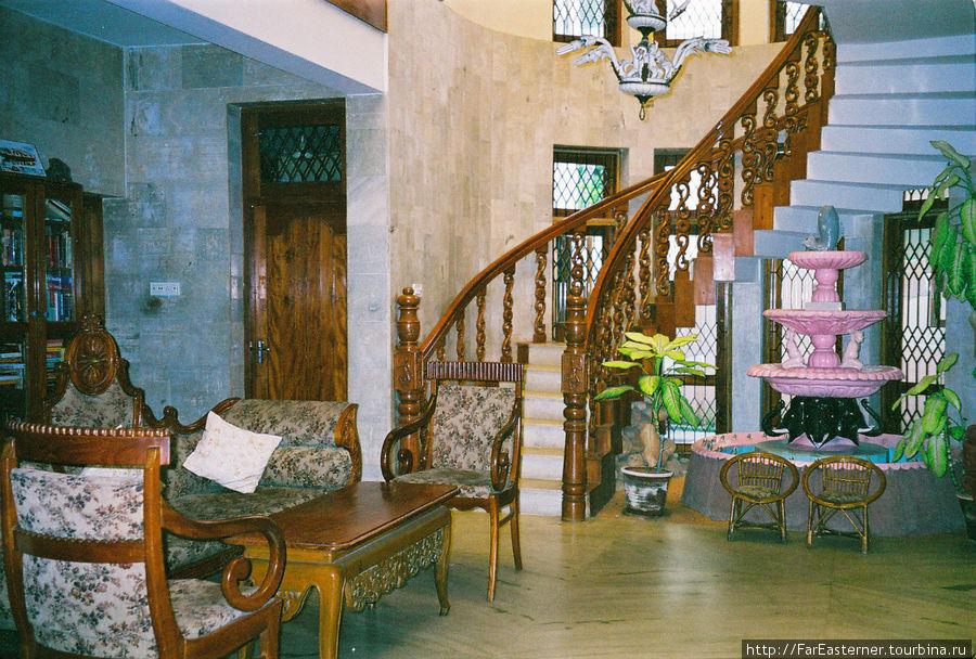 Эту винтовую лестницу мы обсуждали с Хильдой, у них в Wild Palms-on-Sea есть такая же, и такая же была в Indian Coffee House, что я задался вопросом, а не является ли винтовая лестница деталью керальской архитектуры