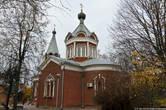 На другой стороне улице находится церковь иконы Божией Матери