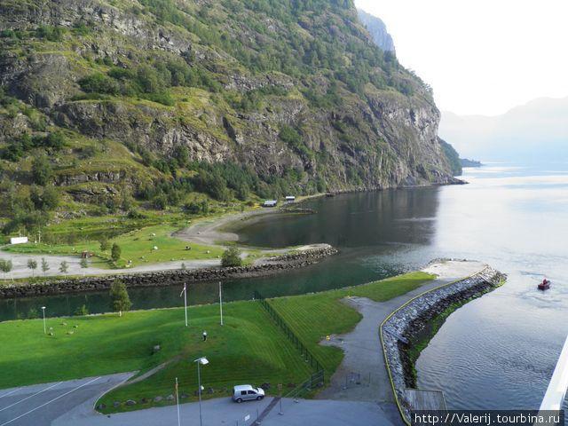В этом месте во фьорд впадает речка