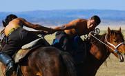 Саис Борьба на лошадях. Задача – стащить противника с коня, оставшись самому в седле. Участники борются в разных весовых категориях, время схватки также регламентировано — 15 мин. Игра требует прочной посадки, большой физической силы и ловкости в сочетании с умением управлять конем.