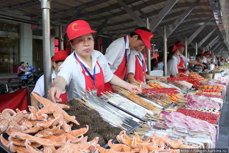 Лотки с разными вкусняшками Пекин, Китай