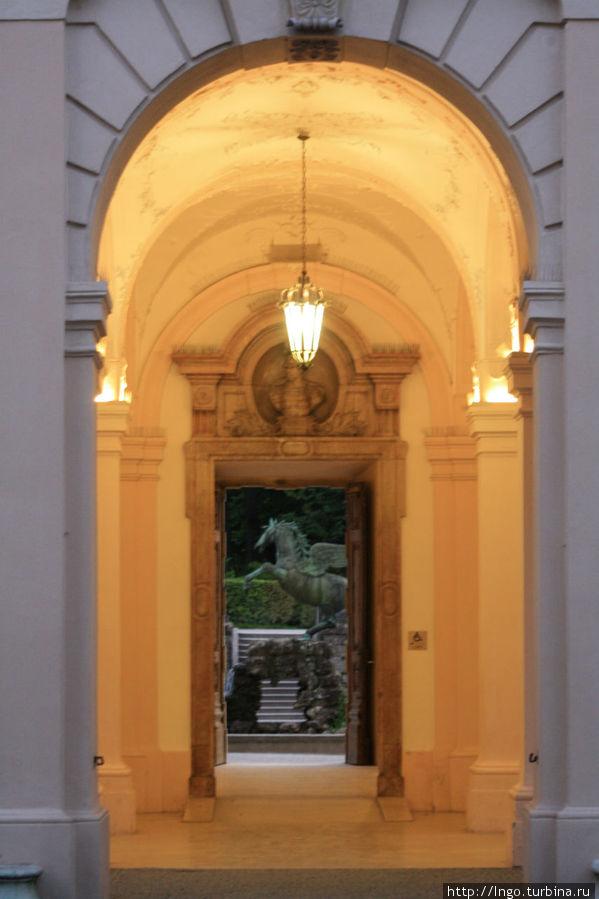 вход в зал со двора