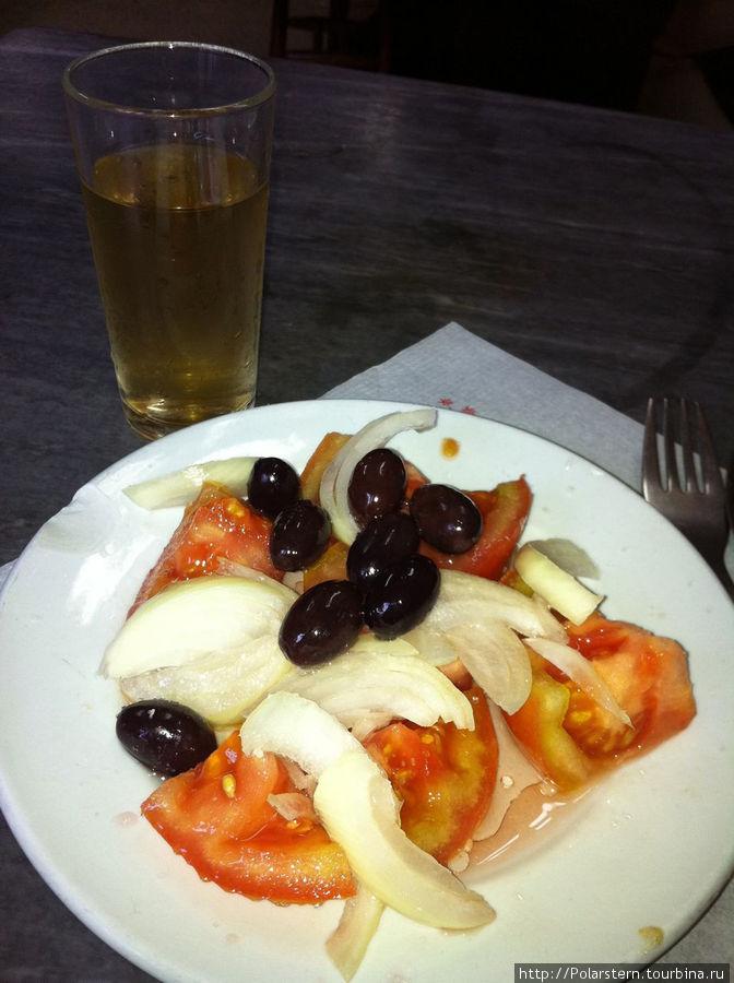 салат из томатов с луком и оливками/стакан белого вина