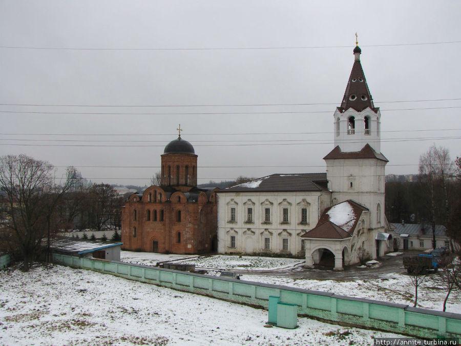 А вот и церкви: церковь Петра и Павла (из красного кирпича) и церковь великомученицы Варвары (белая).