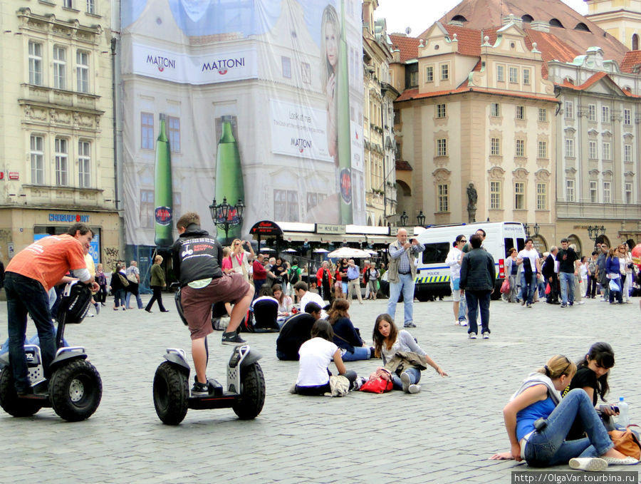 Многие вообще не торопились куда-то ехать, а просто общались друг с другом, поддавшись общей ленности, царившей на площади