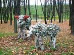 Скульптуры лосей из растений переносят горожан и гостей Дмитрова в сказочную обстановку зоны отдыха для детей.