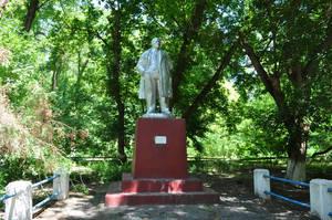 Памятник Ленину скромно стоит в зарослях