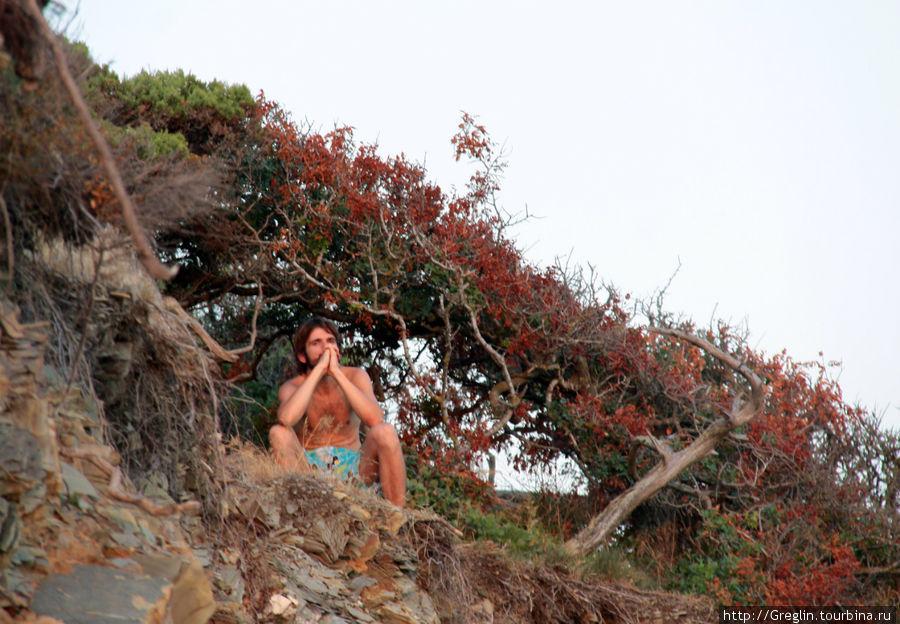житель местного племени провожает солнышко